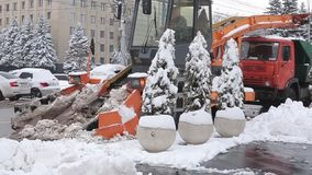 Stavropol Rosja, Grudzień, - 2017: Stavropol centrali ulicy Snowplow na śnieżnej drodze zbiory wideo
