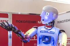 STAVROPOL, RUSSIE - 6 AVRIL 2019 : Robot moderne de promo sur l'exposition de technologie dans Stavropol, Russie image stock