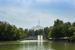 Staw w parku rozrywki w popołudniu Almaty TV góry i wierza jesteśmy w tle Almaty, Kazachstan Obraz Stock