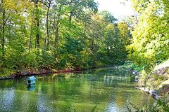 Staw z kaczkami w jesień parku Oleksandriya w Bili Tserkva, Ukraina zdjęcie stock
