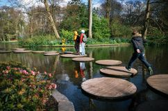 Staw z turystami w Keukenhof, holandie Zdjęcie Royalty Free