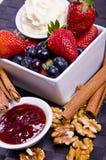 Stawberries fresco e mirtilli in una ciotola Fotografia Stock