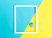 Stawberry bleu peint sur un fond lumineux Photos stock