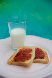 Stawberry dżemu grzanka z szkłem mleko Zdjęcia Royalty Free