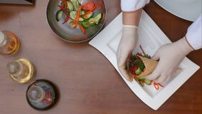 Stawiać świeżej sałatki z owoce morza, pomidorem i zieleniami na talerzu, Zdjęcie Stock