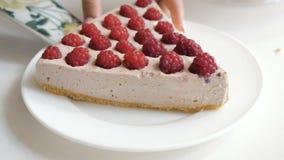 Stawiać kawałek tort na talerzu zbiory wideo