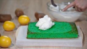 Stawiać mascarpone śmietankę na zielonym gąbka torcie zdjęcie wideo