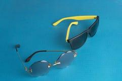 stawia błękita tła okulary przeciwsłonecznych i nowożytny obraz stock