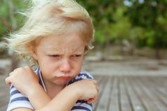 Stawia czoło portret dokuczający, nieszczęśliwy caucasian dzieciak z krzyżować rękami, zdjęcie royalty free