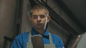 Stawia czoło fabrycznego robociarza podczas pracować na fachowej tnącej maszynie zdjęcie wideo