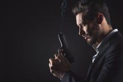 Stawia czoło mężczyzna z pistolecikiem Zdjęcie Stock