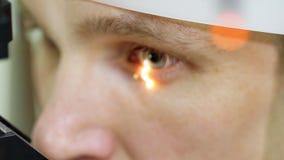 Stawia czoło zakończenie, mężczyzna robi oko testowi z non kontaktowym tonometer, cheking wzrok, intraocular nacisk przy okulisty zbiory wideo