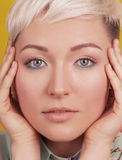 Stawia czoło portret piękna kobieta z kolorowym makijażem Zdjęcia Royalty Free