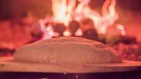 Stawia konar wewnątrz chlebowy piekarnik piec zdjęcie wideo