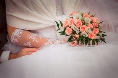 Stawia obrączkę ślubną na ona Fotografia Royalty Free