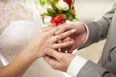 Stawia obrączkę ślubną na ona Zdjęcia Royalty Free