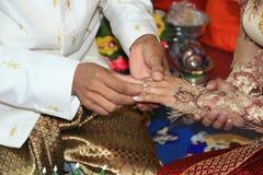 Stawia obrączkę ślubną na ona Zdjęcia Stock
