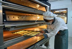 Stawia torty w piekarniku przy piekarnią obraz stock