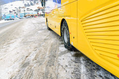 Stawiający łańcuchy na kołach autobus Obraz Royalty Free