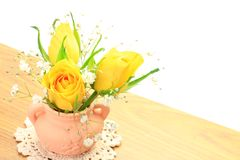 Kolor żółty róża i mgiełki trawa Fotografia Stock