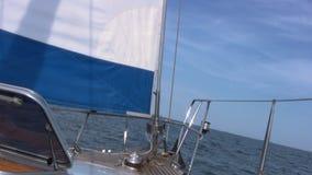 Staysail, mar, cielo almacen de metraje de vídeo