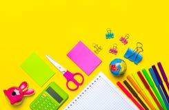 Stazionario, di nuovo alla scuola, all'ora legale, alla creatività ed al concetto di istruzione Immagini Stock