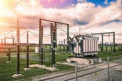 Stazione ad alta potenza elettrica e trasformatori potenti Fotografia Stock Libera da Diritti