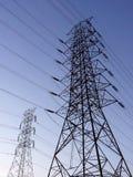 Stazione ad alta tensione della torre del pilone del palo di elettricità contro cielo blu Fotografia Stock