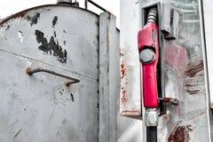 Stazione arrugginita del vecchio di gas metallo della pompa nell'iarda immagine stock libera da diritti