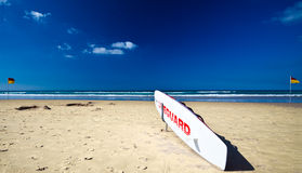 Stazione australiana del bagnino su una spiaggia abbandonata fotografia stock libera da diritti