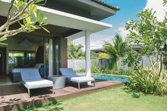 Stazione balneare tropicale Piscina vicino al salone immagini stock