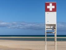 Stazione bianca della guardia di vita con la croce rossa Fotografie Stock Libere da Diritti