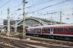Stazione centrale di Colonia e un treno, Germania Immagine Stock Libera da Diritti