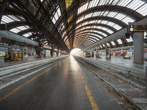 Stazione Centrale plattformar i Milan Arkivfoto
