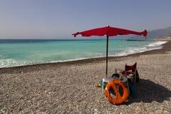 Stazione del bagnino davanti al mare blu Fotografie Stock Libere da Diritti