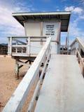 Stazione del bagnino su una spiaggia piena di sole Immagini Stock