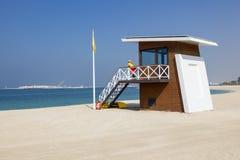 Stazione del bagnino sulla spiaggia nel Dubai Fotografia Stock Libera da Diritti