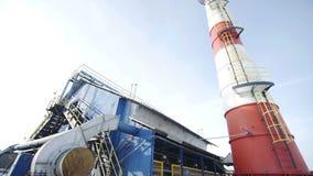 Stazione del riscaldamento dell'acqua bruciando gas al giacimento di gas di olio stock footage