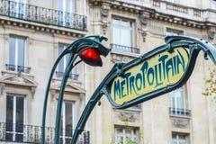 Stazione dell'entrata di Parigi Metropolitain Un palo con tradizionale me fotografia stock