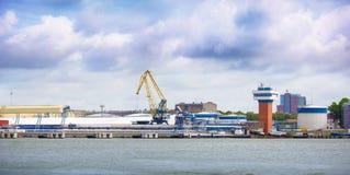 Stazione dell'olio in porto marittimo Klaipeda Fotografia Stock