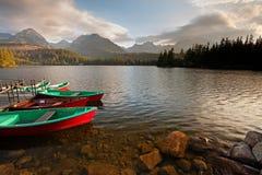 Stazione della barca sul lago Strbske Pleso vicino alle alte montagne di Tatra Fotografia Stock Libera da Diritti