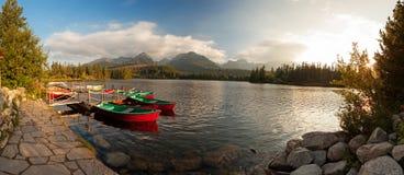 Stazione della barca sul lago Strbske Pleso vicino alle alte montagne di Tatra Immagine Stock Libera da Diritti