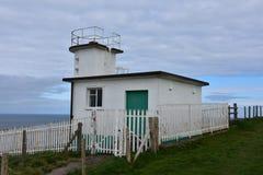 Stazione della guardia costiera sulle scogliere del mare sopra la baia di Fleswick fotografia stock libera da diritti