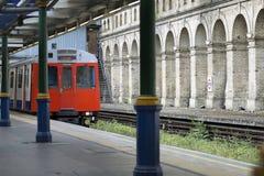 Stazione della metropolitana con l'arrivo del treno fotografia stock libera da diritti