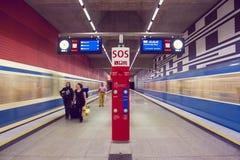 Stazione della metropolitana con le persone sconosciute - Monaco di Baviera, Germania - 20 12 2015 Fotografie Stock Libere da Diritti