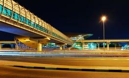 Stazione della metropolitana della metropolitana alla notte nel Dubai, UAE Immagine Stock