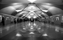 Stazione della metropolitana di art deco a Mosca immagini stock