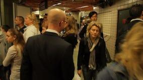 Stazione della metropolitana e la gente di fretta archivi video