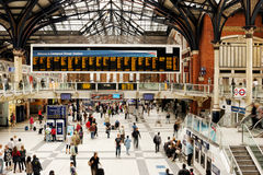 Stazione della metropolitana occupata della ferrovia di Londra Fotografia Stock