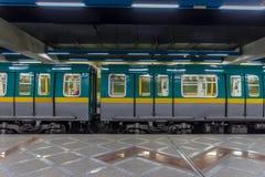 Stazione della metropolitana in sotterraneo con il treno Fotografia Stock Libera da Diritti